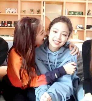 Blackpink-Jisoo-and-Jennie-Jensoo