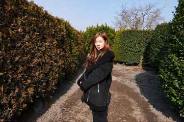 Blackpink-House-Rose-Jeju-Island-maze-2018