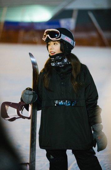 Blackpink Jisoo ski area snowboard