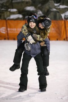 Blackpink Lisa Rose sweet moment Piggyback snowboard