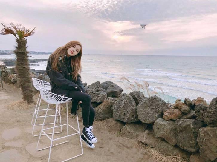 Blackpink-Rose-Instagram-2018-Jeju-Island-beach