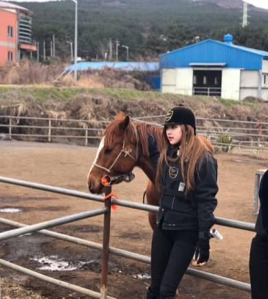 Blackpink-Rose-Instagram-2018-Jeju-Island-Horse-Riding