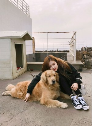 Blackpink-Rose-Instagram-photo-2018-with-dog
