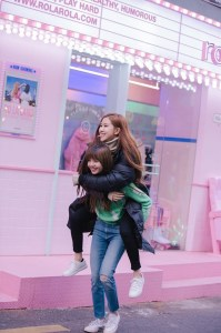 Blackpink Rose Lisa piggyback