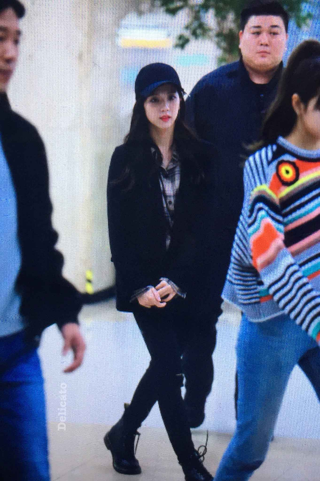 Blackpink Jisoo airport fashion black outfit wear cap hat