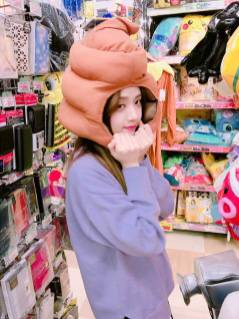 Blackpink-Jisoo-Instagram-Photo-2018-Poop-Hat-2