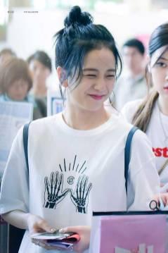 Blackpink-Jisoo-top-knot-bun-hairstyle-5