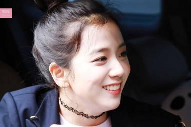 Blackpink-Jisoo-top-knot-bun-hairstyle-8