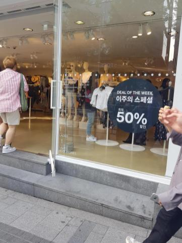Blackpink Lisa Hongdae 29 April 2018 with mom 4