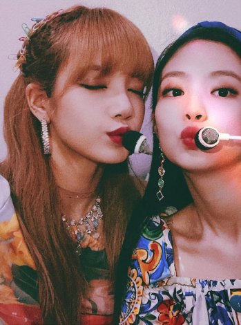 BLACKPINK-Jennie-Instagram-Photo-16-July-2018-with-Lisa-2