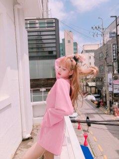BLACKPINK-Lisa-Instagram-photo-pink-outfit-4