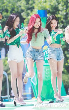 BLACKPINK-SPRITE-ISLAND-WATERBOMB-FESTIVAL-SEOUL-21-July-2018-photo-5