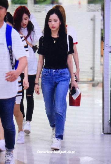 BLACKPINK-UPDATE-Jisoo-Rose-Airport-Photo-20-July-2018-Back-From-Japan