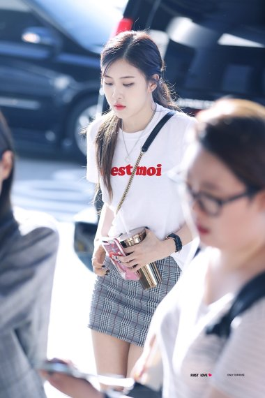 Blackpink Rose airport photo 26 August 2017 white tshirt 7
