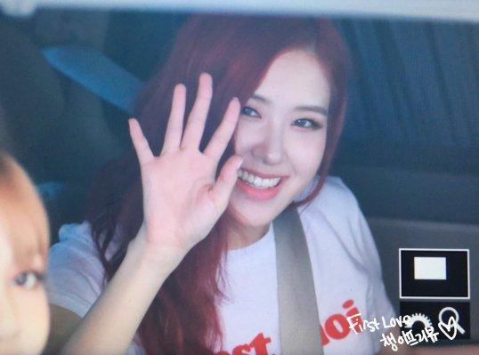 blackpink rose car photos leaving sbs inkigayo july 8, 2018 white tshirt