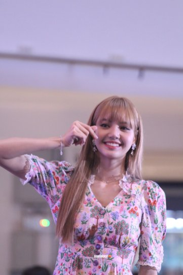 BLACKPINK LISA moonshot central world fansign event bangkok thailand 12