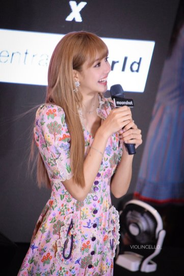 BLACKPINK LISA moonshot central world fansign event bangkok thailand 140