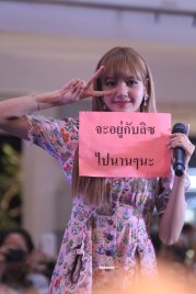 BLACKPINK LISA moonshot central world fansign event bangkok thailand 5