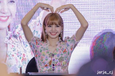 BLACKPINK LISA moonshot central world fansign event bangkok thailand 57