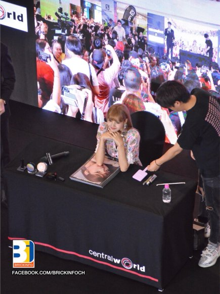 BLACKPINK LISA moonshot central world fansign event bangkok thailand 66