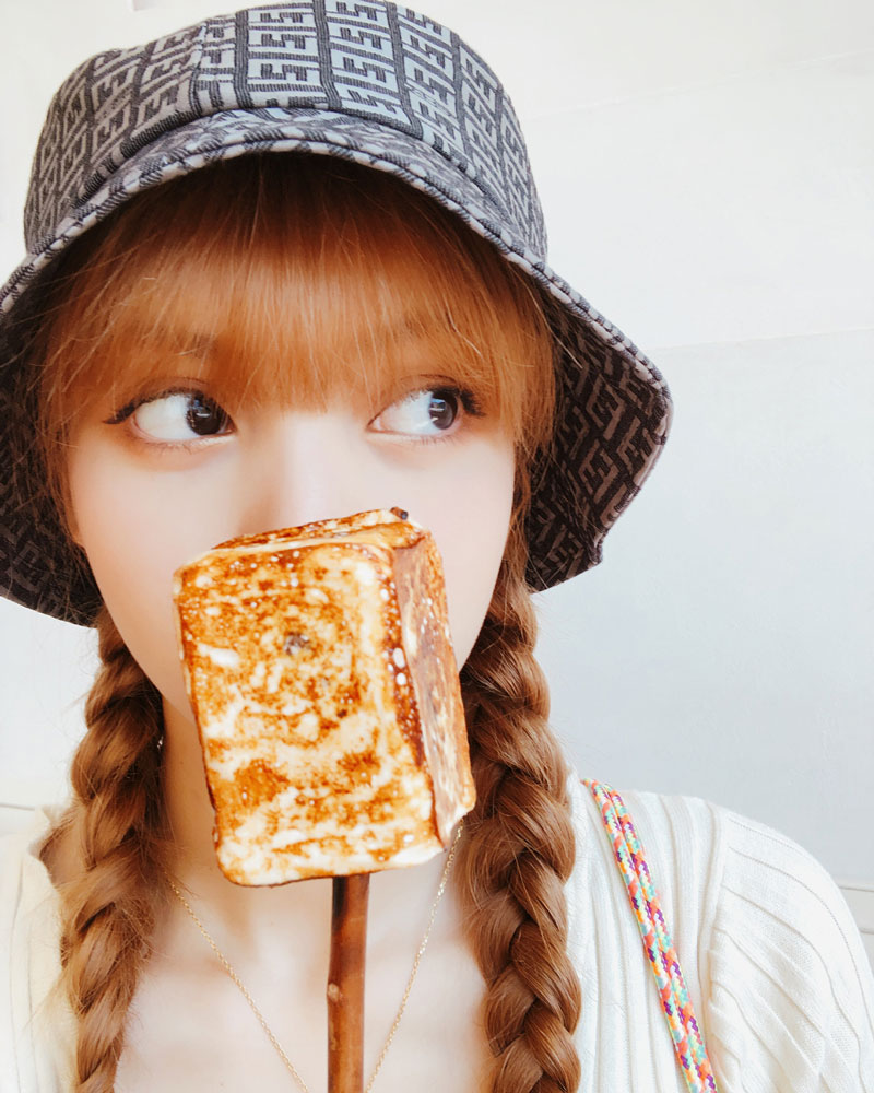 342d3dfdc85a1 BLACKPINK-Lisa-Instagram-Photo-28-August-2018-bucket-hat-food