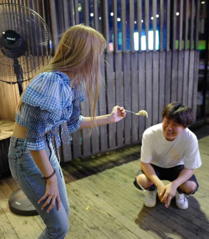 First Time Eat Durian, BLACKPINK Manager Shares New Photo with Lisa