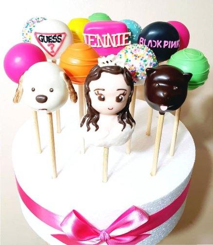 2-BLACKPINK-Jennie-Cake-from-GUESS