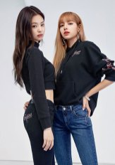 2-BLACKPINK-Jennie-Lisa-GUESS-Lotte-Malls-Photo