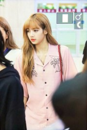 5-BLACKPINK-Lisa-Airport-Photo-31-August-2018-Gimpo