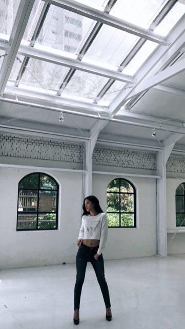 BLACKPINK Jisoo Instagram Story 19 September 2018 GUESS
