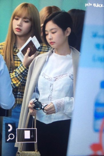 16-BLACKPINK-Jennie-Airport-Photos-Incheon-5-October-2018