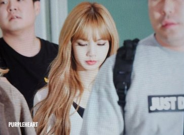 16-BLACKPINK-Lisa-Airport-Photo-10-October-2018-From-Japan