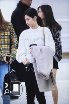 26-BLACKPINK-Jennie-Airport-Photos-Incheon-5-October-2018