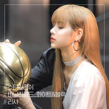 3-BLACKPINK Lisa mise en scene Instagram photo