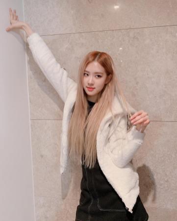 1-BLACKPINK Rose Instagram Photo 26 November 2018 furr coat