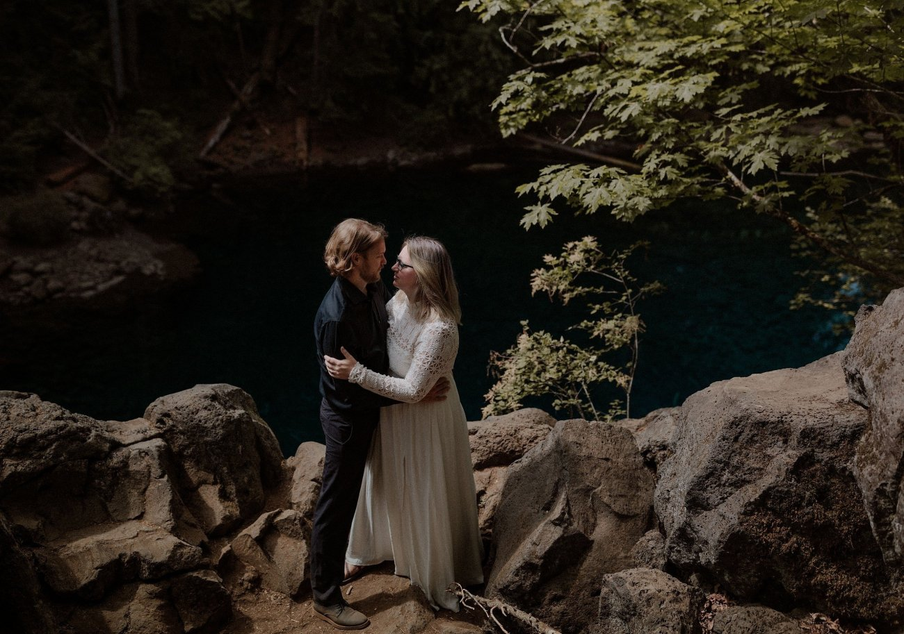 Moody micro wedding at the Blue Pool in Oregon in the forest