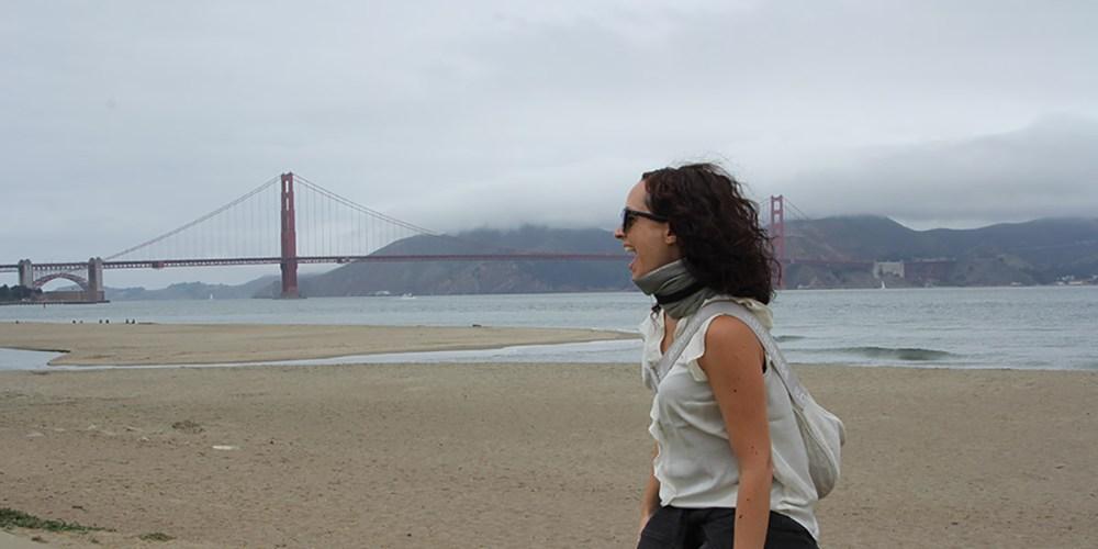 Flavia, con dietro il ponte di San Francisco