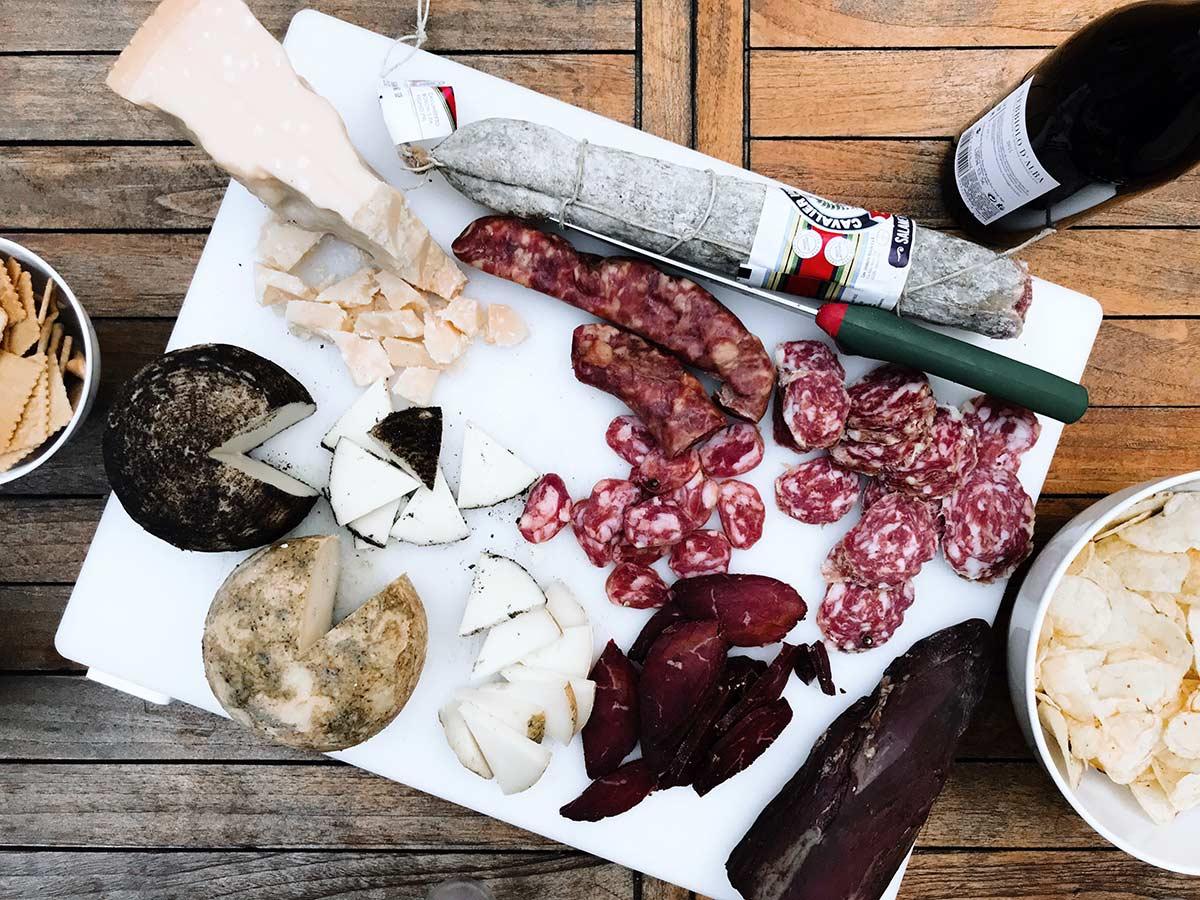 Affettati e formaggi italiani su tagliere