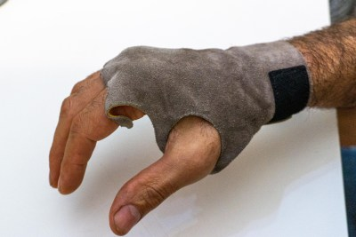 Leather crack glove
