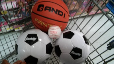 Balls from the US for Cuban Children