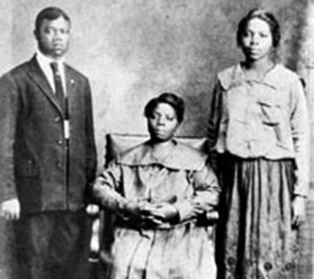 Black to the Music - Louis Armstrong - 02 Louis with his mother, Mayann, and sister, Mama Lucy (Beatrice), 1922