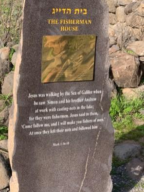 """Bethsaida, viel Namen ergeben erst in den semitischen Sprachen hebräisch, aramäisch und arabisch Sinn: Bethsaida (""""Haus des (Fisch-)Fanges"""" oder """"Haus der Jagd"""") ist eine Ortschaft in der antiken Gaulanitis (Golan) am See Genezareth. Bekannt ist der Ort als Geburtsort der Apostel Petrus, Andreas und Philippus (Joh 1,44 EU). In späteren Schriften um das Jahr 400, u. a. von Chrysostomos und Hieronymus, werden auch die Apostel Jakobus und Johannes als aus Bethsaida stammend genannt.[1] Nach dem Evangelisten Matthäus nennt Jesus Bethsaida als einen der (von ihm als bekehrungsunwillig gerügten) galiläischen Orte – zusammen mit dem 8 km entfernten Chorazin –, an denen er die meisten Wunder getan habe (Mt 11,20-22 EU). In der Nähe von Bethsaida wird die Heilung eines Blinden lokalisiert (Mk 8,22-26 EU). Die Ruinen der antiken Ortschaft wurden von Bargil Pixner bei Ausgrabungen des Jahres 1987 auf dem Hügel et-Tell entdeckt."""