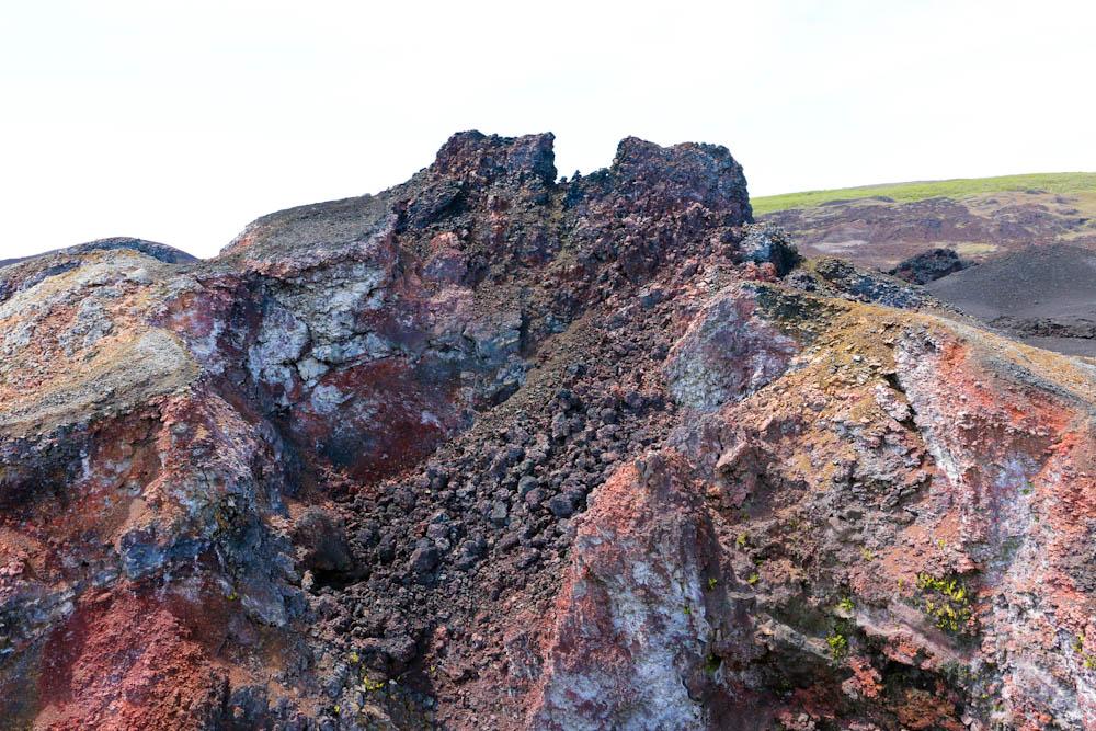An verschiedenen Stellen sind Krater zu sehen.