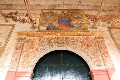 Schöne Bilder zieren den Eingang der Kirche.