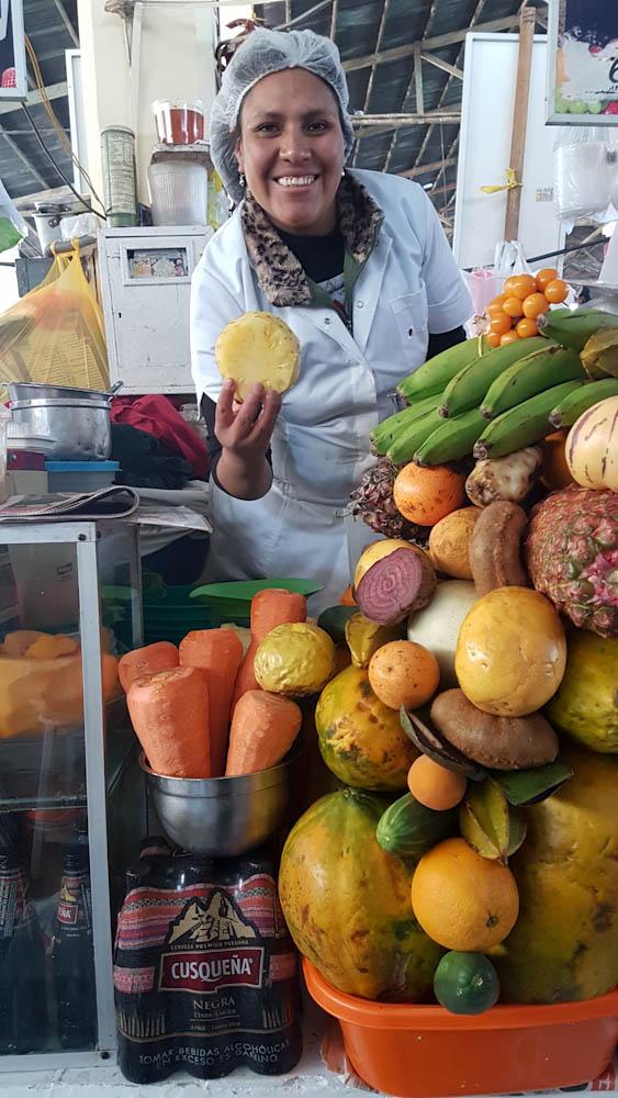 Auf dem Markt verkaufen über 20 Marktfrauen ihre frisch gepressten Säfte