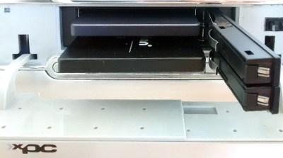 De SSD verwisselen is nu een kwestie van de deurtjes openen