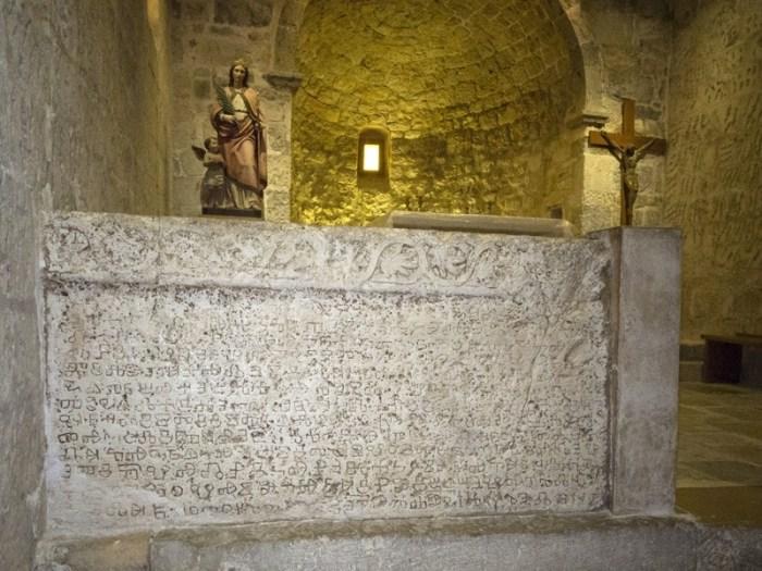 Na Bašćanskoj ploči  prvi put je zapisana i hrvatska kletva koja je kako se čini, imala pravni, ali i magijski značaj