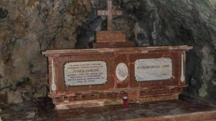 Grof Janković svoju dolinu oblikovao je kao zemlju bajki: gradio je dvorce, kopao jezera i stvarao slapove, a grobnica mu je u špilji iz koje puca pogled na sve što je stvorio