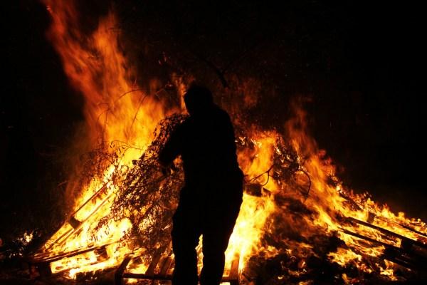 Od sakupljanja drveta, pucnjeva i blagoslova do preskakanja žeravice: tradicija paljenja Ivanjskih vatri seže u rimsko doba