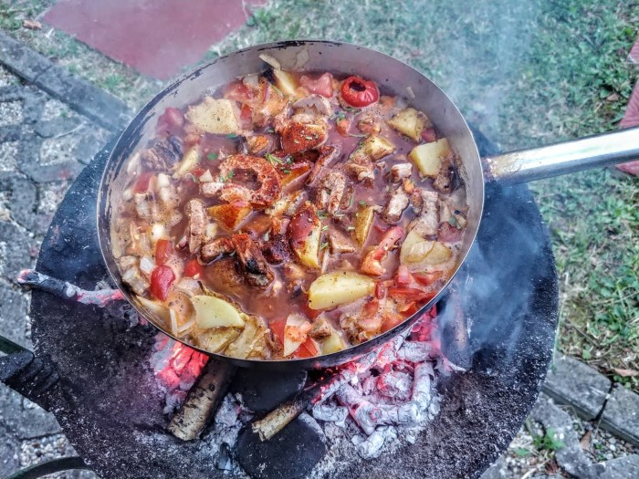 Slasni paprikaš s mesom pečenim na roštilju obično se pripremao jer je meso trebalo brzo potrošiti